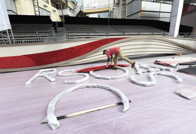 画像: 20日、ドルビー・シアターでアカデミー賞授賞式の準備を進めるスタッフ。