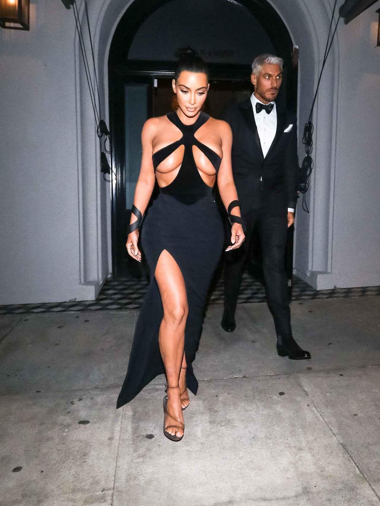 画像: キム・カーダシアンの「目のやり場に困るドレス」を人気ブランドが早速丸パクリ