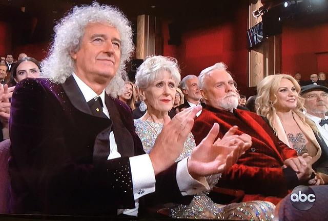 画像: ラミの受賞スピーチにクイーンの2人が再び「親の顔」に