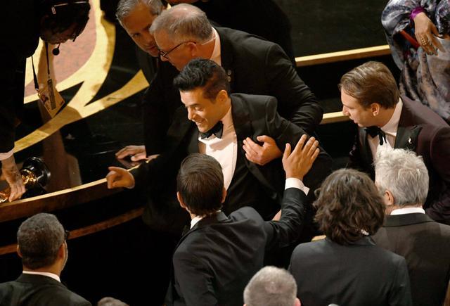 画像3: ラミ・マレック、アカデミー賞ステージから落下していた!救護班も出動