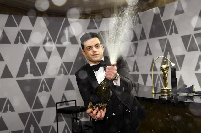 画像1: 授賞式直後にラミがシャンパン片手に大暴れ