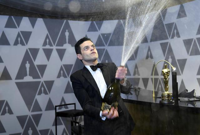 画像2: 授賞式直後にラミがシャンパン片手に大暴れ