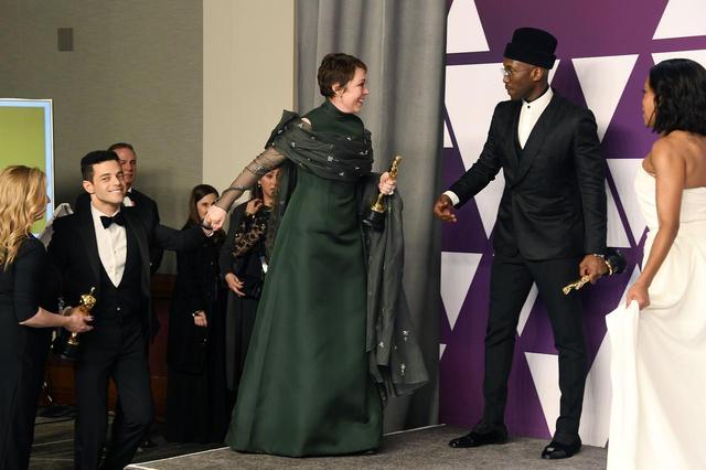 """画像2: オリヴィアに手を引かれるラミが完全に""""母に連れられた子"""""""