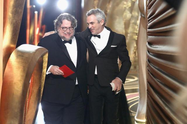 """画像: """"おじさん同士のハグ""""が話題の2人が肩を組んで舞台袖へ"""