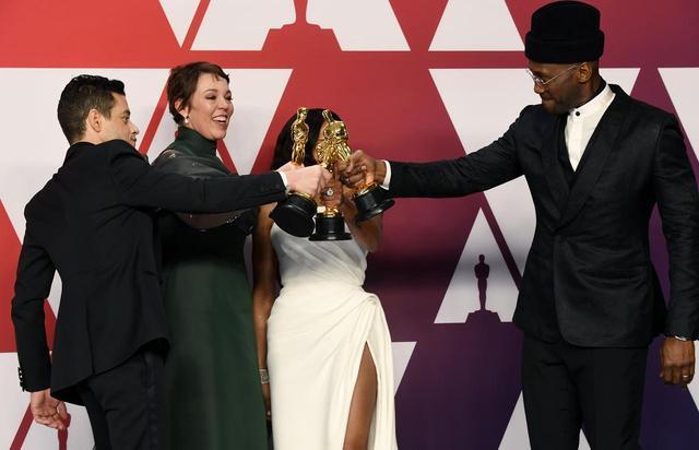 """画像1: オリヴィアに手を引かれるラミが完全に""""母に連れられた子"""""""