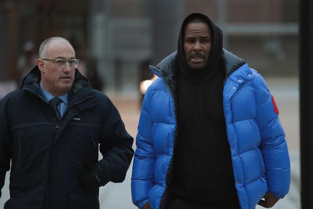 画像: 保釈後、自身の弁護を担当するスティーブ・グリーンバーグ弁護士とクック群刑務所を後にするケリー。