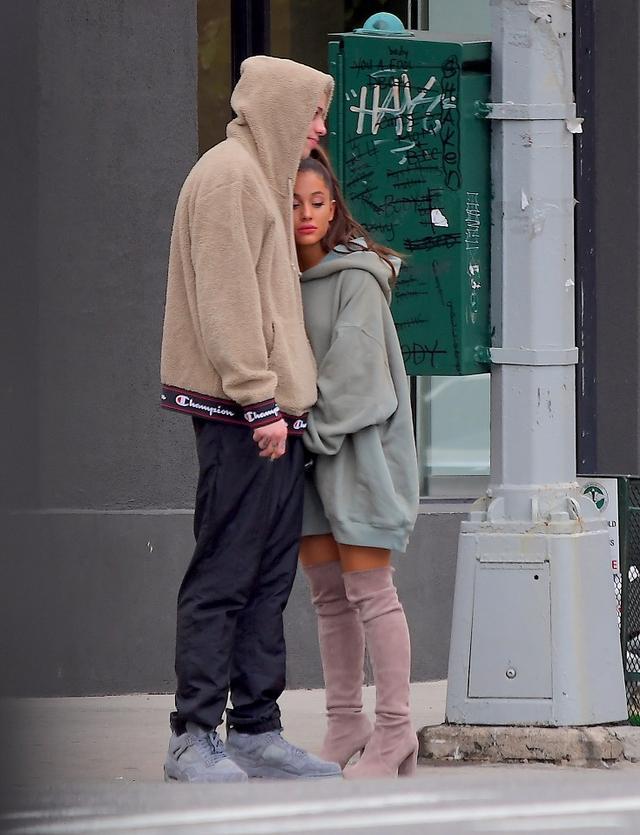 画像: マックの死の数日後、ニューヨークの街中で神妙な面持ちでピートに身をゆだねるアリアナ。