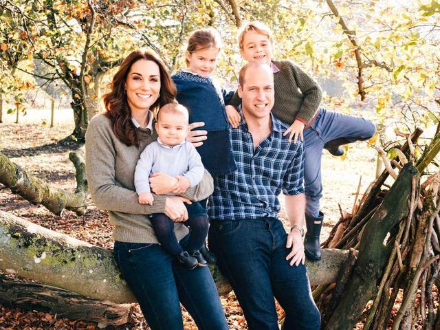 画像: 2018年のクリスマスカード用に撮影された家族写真。©Kensington Palace/ Twitter
