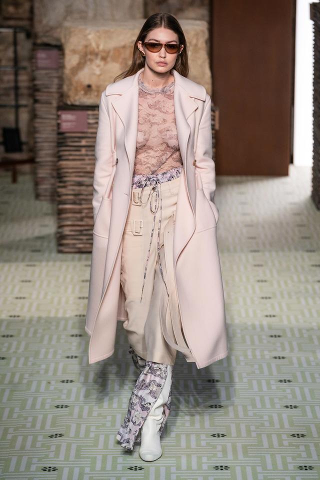 画像1: ジジ・ハディッド、パリ・ファッションウィークで1日3変化【写真】