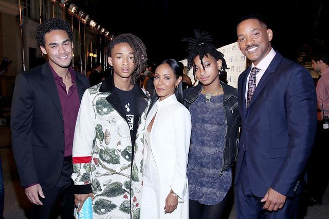 画像: スミス一家。左から:ウィルと前妻の息子であるトレイ・スミス、ジェイダとの長男ジェイデン・スミス、ジェイダ・ピンケット・スミス、ジェイダとの長女ウィロー・スミス、ウィル・スミス。