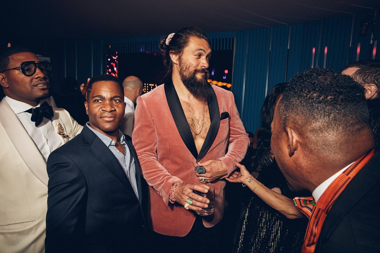 """画像2: まさかの""""裸にジャケット""""でパーティーへ"""