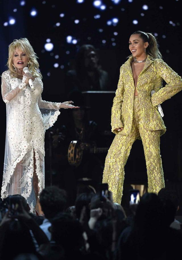 画像: グラミー賞で「ドリーおばさん」ことドリー・パートンと一緒にパフォーマンスするマイリー。