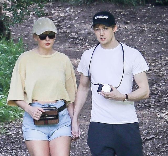 画像2: テイラー・スウィフト、恋人とのハイキングデートに持参したアイテムがザ・セレブ