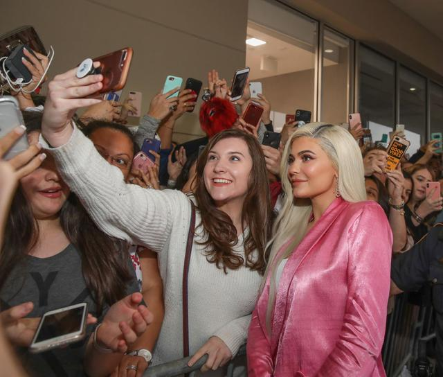 画像: ローンチイベントに登場し、ファンたちと交流するカイリー。