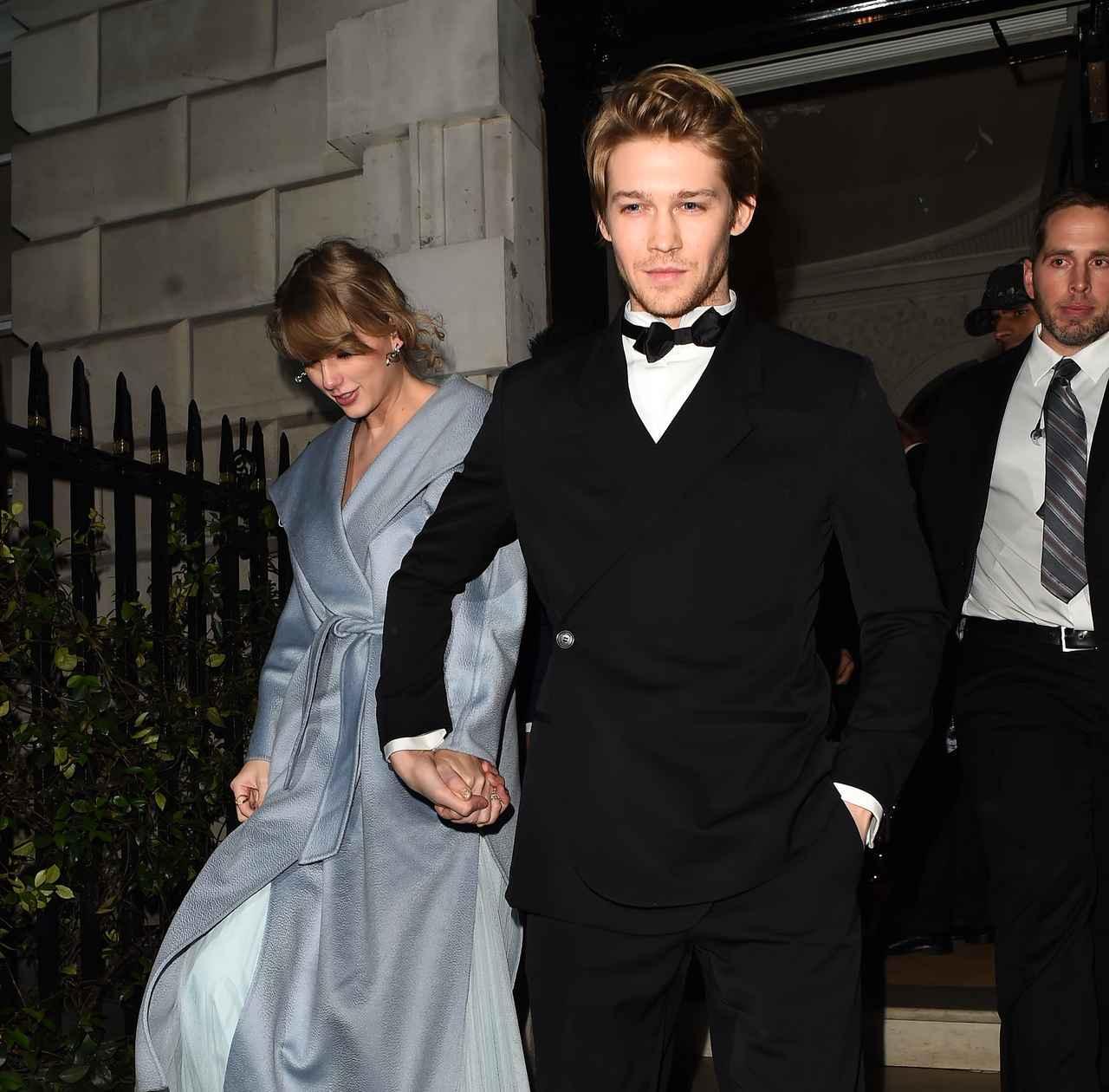 画像: 今年2月に行われた英国アカデミー賞(BAFTA)の授賞式の会場をあとにする、テイラー・スウィフトとジョー・アルウィン。