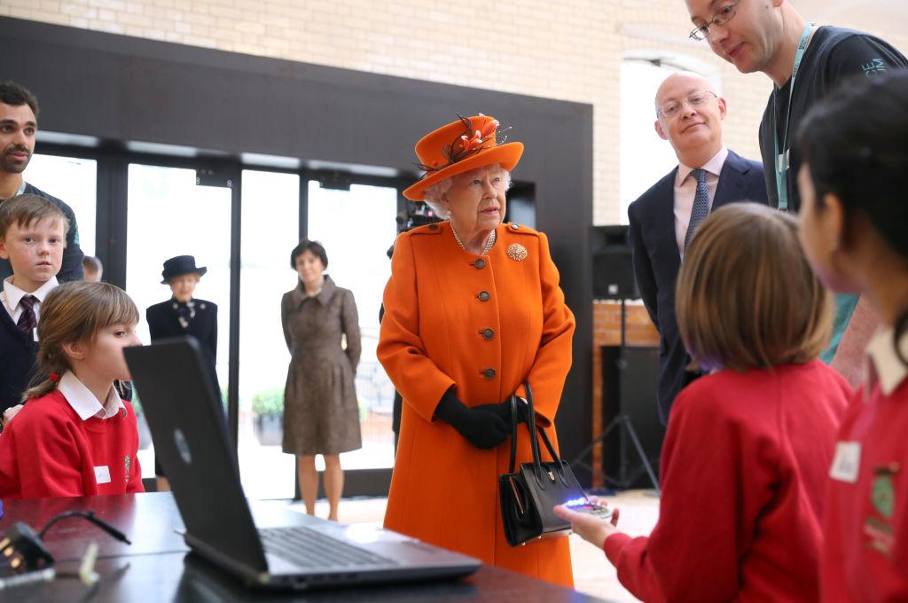 画像: サイエンス・ミュージアム内でコーディングを学ぶ子供たちと対面したエリザベス女王。
