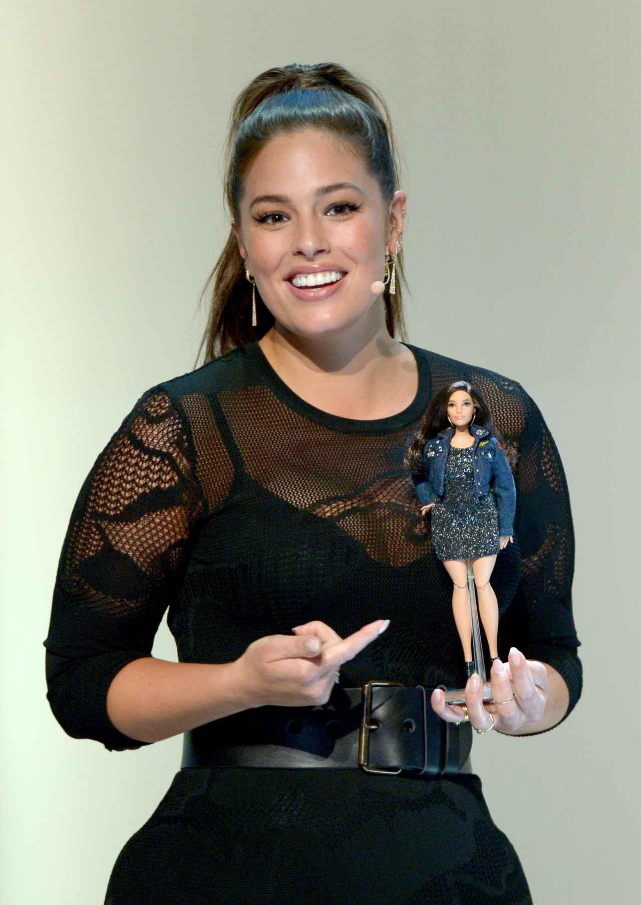 画像: 国際女性デーに女性著名人に人形を発表