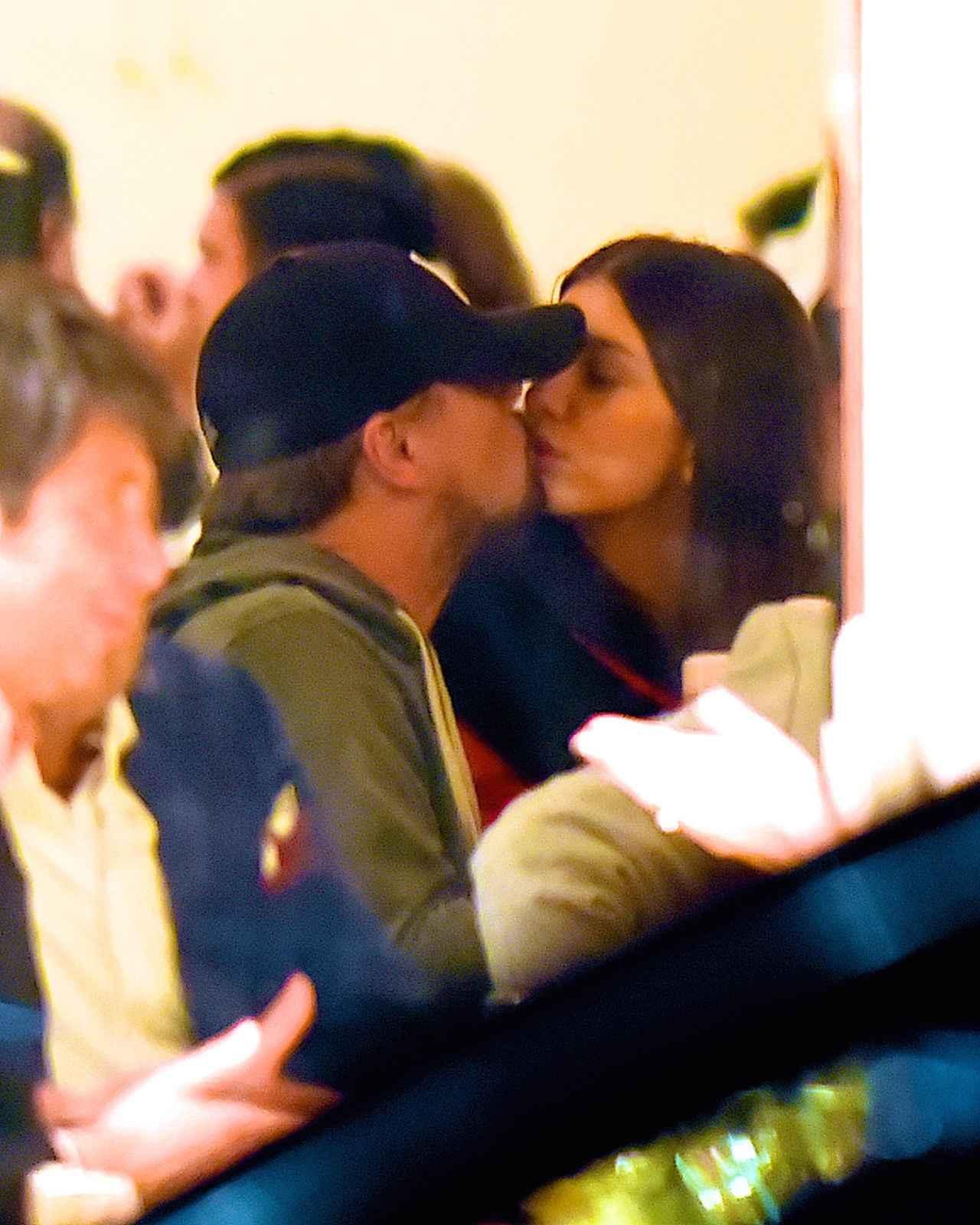 画像: 1月にはニューヨークのレストランでキス写真を激写された。