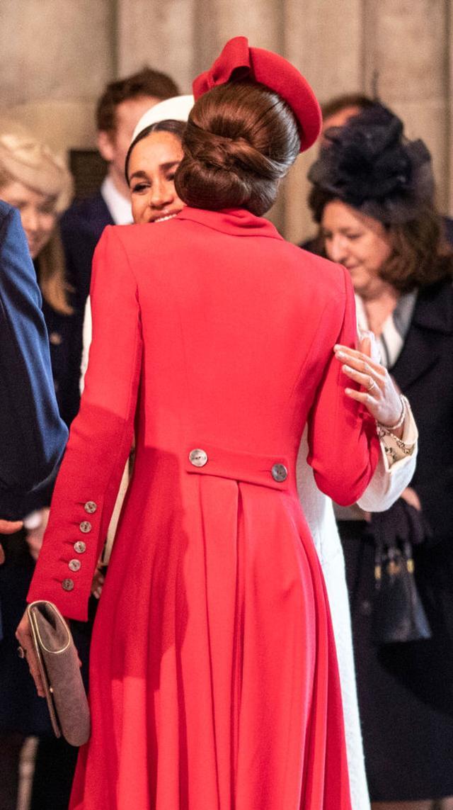 画像: メーガン妃と頬を合わせ、ハグを交わすキャサリン妃。