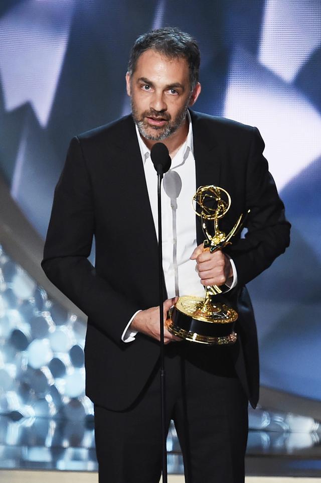画像: 2016年の第68回エミー賞授賞式で受賞スピーチを行なうミゲル・サポチニク監督。
