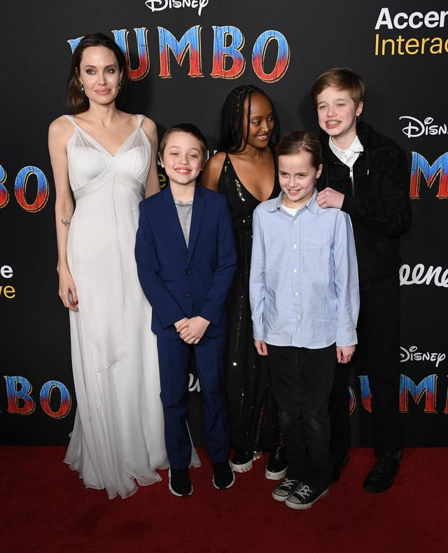 画像: 左から:アンジェリーナ、三男ノックス、長女ザハラ、三女ヴィヴィアン、次女シャイロ。