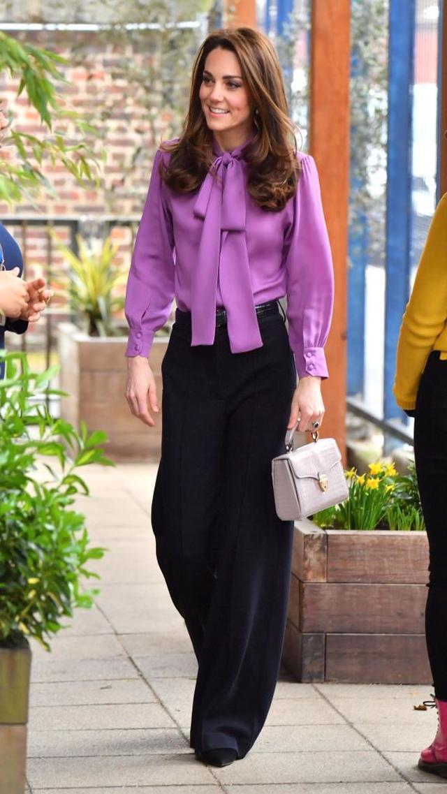 画像2: キャサリン妃が珍しくハイウエストパンツで脚長コーデをお披露目
