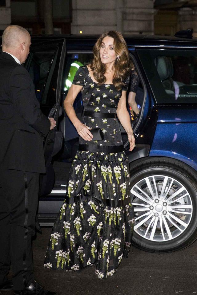 画像: キャサリン妃、2年前に着用したドレスをアップグレードして着回し