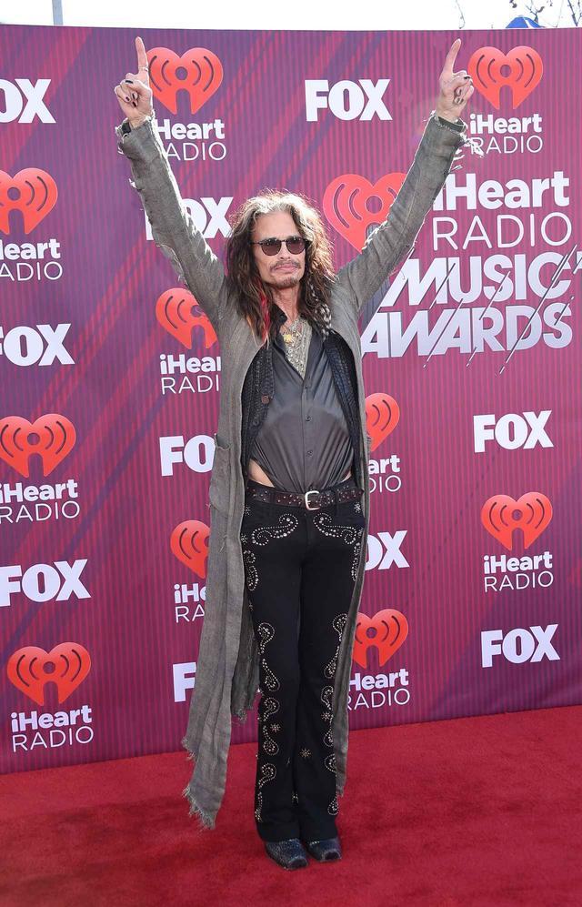 画像9: iHeartRadioアワードのレッドカーペットスタイルをお届け、人気セレブの衣装は?