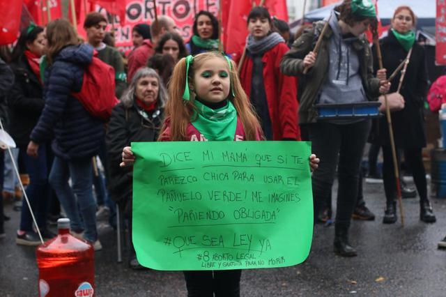 画像: アルゼンチンで中絶の合法化を求める女の子