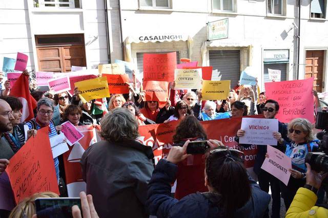 画像: デモの参加者たち。