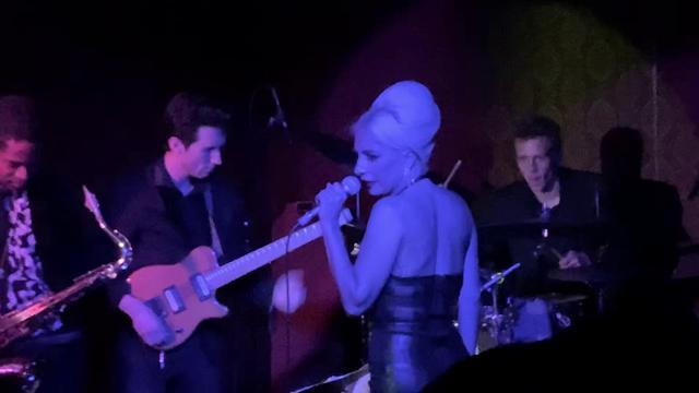 """画像: Lady Gaga Surprise Performance in Hollywood (""""Fly Me To The Moon"""") www.youtube.com"""