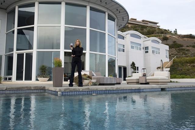 画像: 高台に建つレナータ宅は大きなプールが特徴