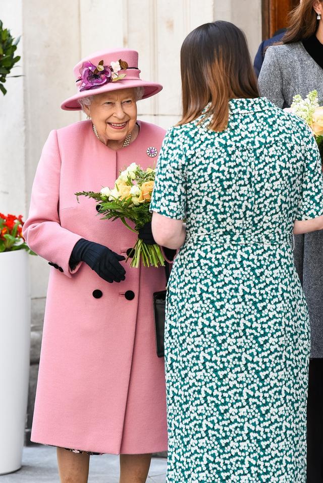 画像4: 女王との2人きりでの公務に地味色コーデで登場