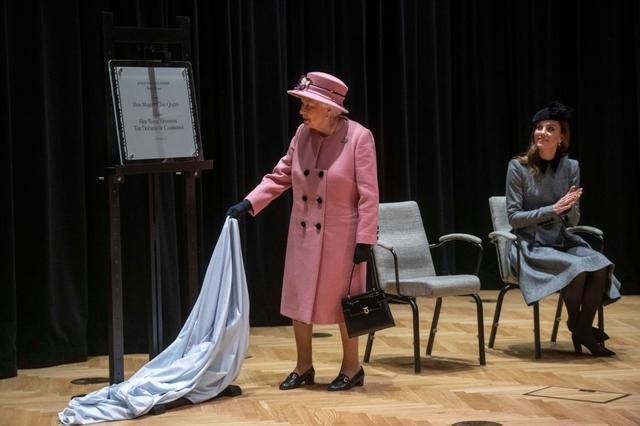 画像2: 女王との2人きりでの公務に地味色コーデで登場