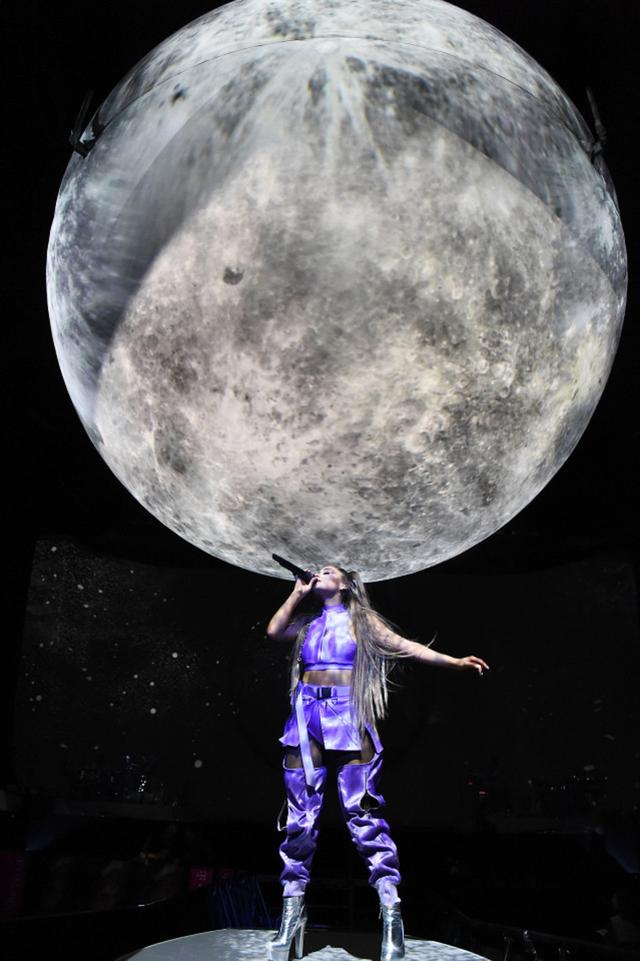 画像11: アリアナ・グランデ、世界ツアーで「七変化」!ステージ衣装ぜんぶ見せます