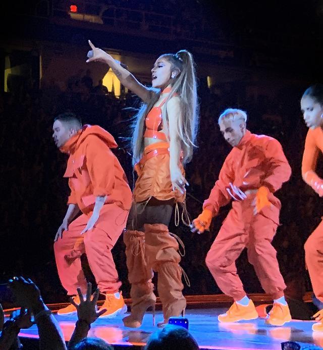 画像1: アリアナ・グランデ、世界ツアーで「七変化」!ステージ衣装ぜんぶ見せます