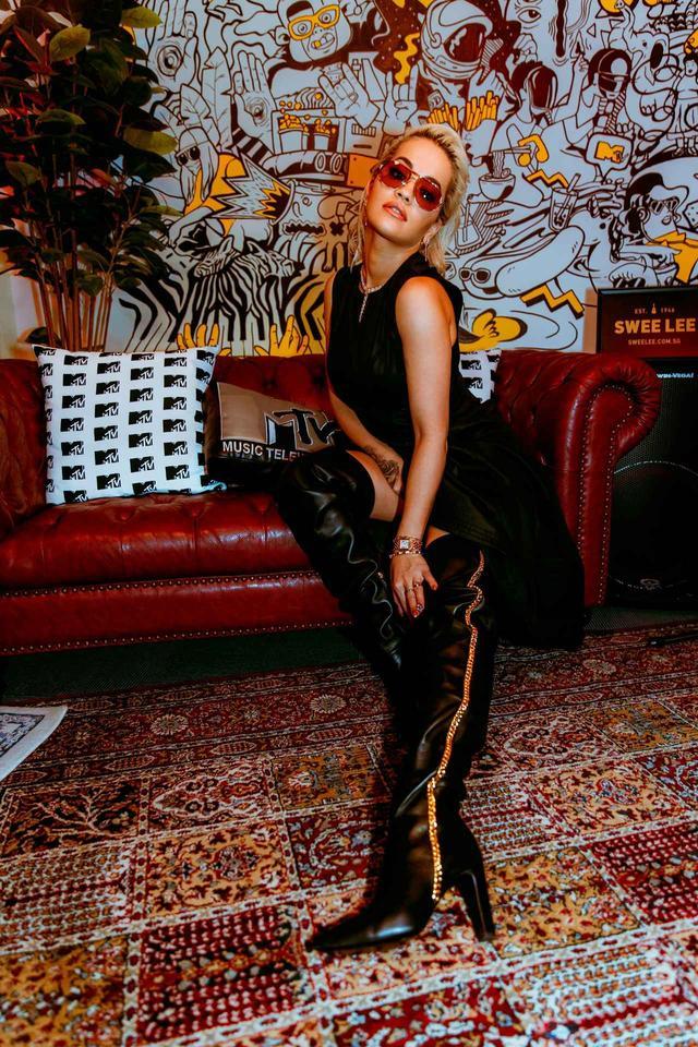 画像2: リタ・オラ、ワールドツアーでジュゼッペ・ザノッティのカスタムブーツ着用