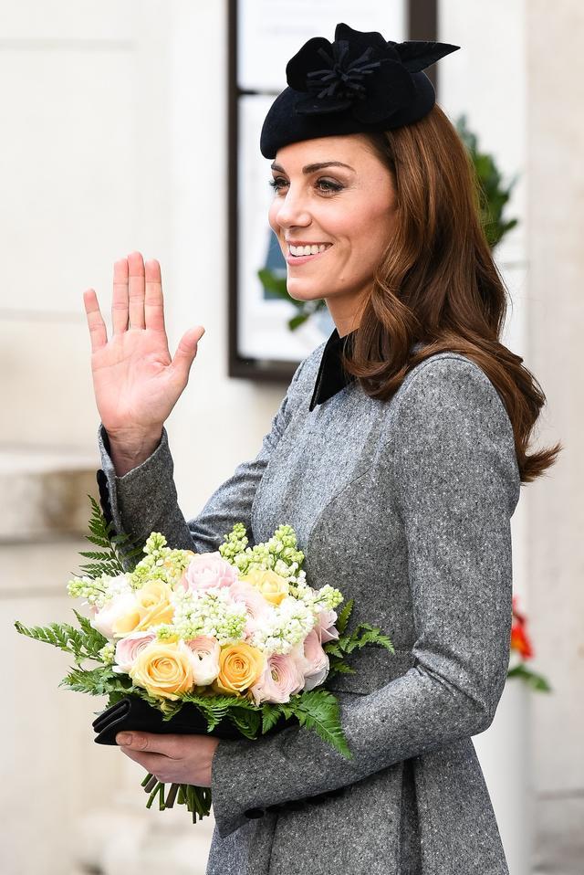 画像: キャサリン妃が着用したコートドレスはイギリスを拠点に活躍するフランス人デザイナー、キャサリン・ウォーカー(Catherine Walker)のもの。
