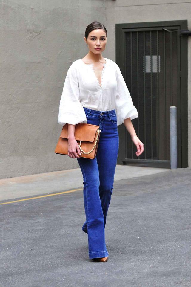 画像1: H&Mのブラウスをおしゃれに着こなす人気モデル!