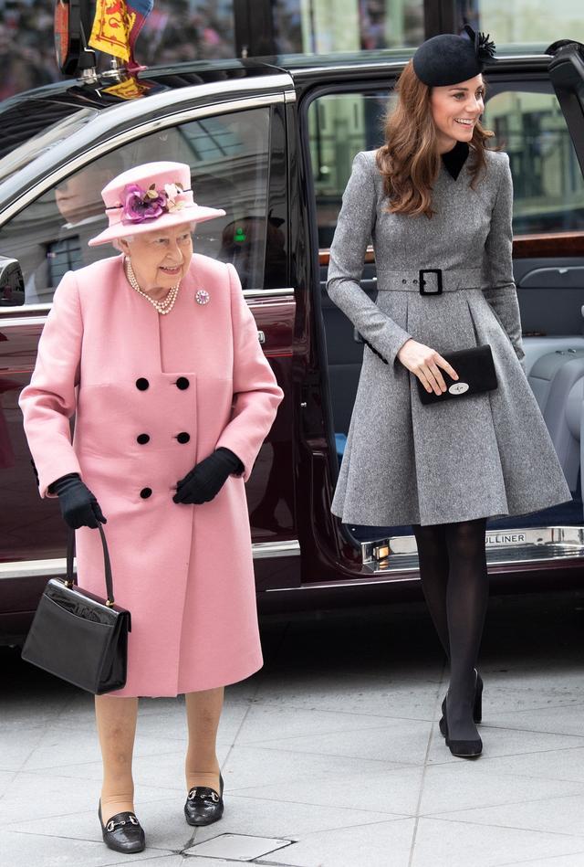 画像3: 女王との2人きりでの公務に地味色コーデで登場
