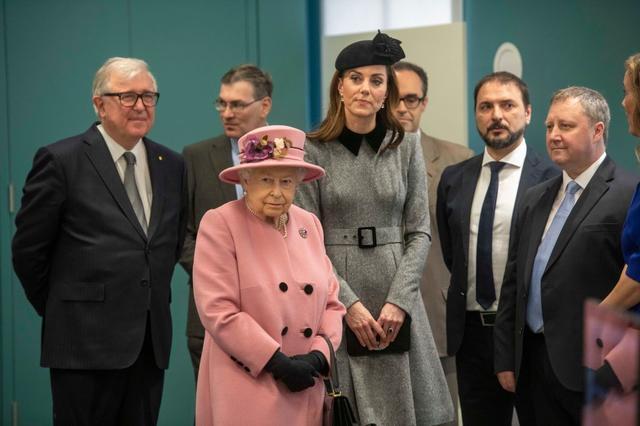 画像1: 女王との2人きりでの公務に地味色コーデで登場