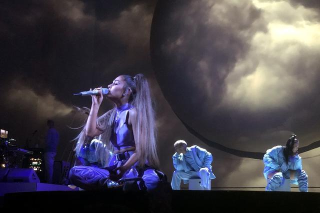 画像12: アリアナ・グランデ、世界ツアーで「七変化」!ステージ衣装ぜんぶ見せます