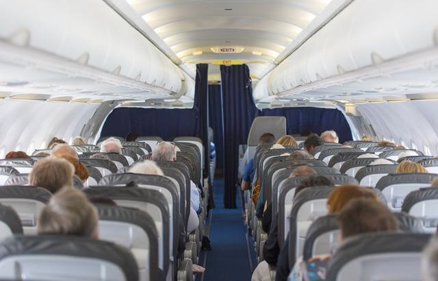 画像: 「他のお客様のご迷惑に」飛行機から追放されかけた女性の服装に賛否