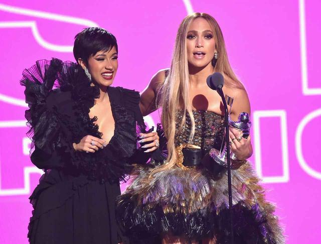 画像: カーディ・B(左)とジェニファー・ロペス(右)は、DJキャレドも参加した楽曲「ディネロ(Dinero)」でコラボしたことがある。