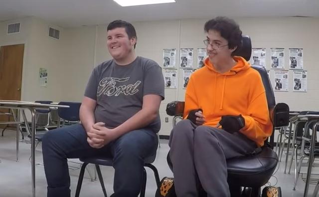 画像4: 体が不自由な親友のために2年間貯金して「あるもの」をプレゼントした高校生に泣ける