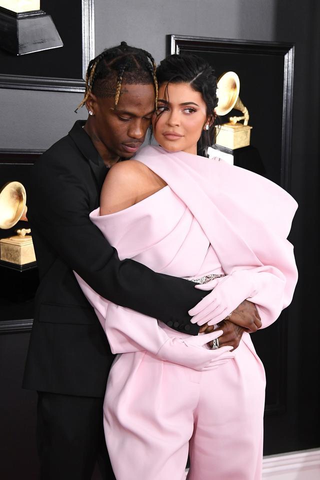 画像: 2019年2月に行なわれたグラミー賞のレッドカーペットにそろって登場したトラヴィス&カイリー。