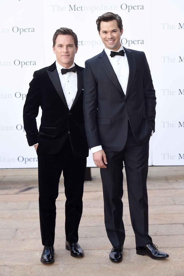 画像: アンドリューは、2011年から俳優やプロデューサーとしても活動するマイク・ドイルと付き合っている。