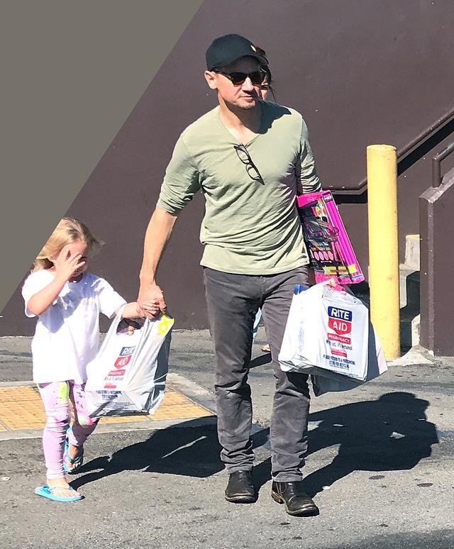 画像: アヴァちゃんとおもちゃを買いにでかけたジェレミー。(2017年撮影)