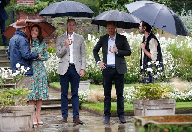 画像: 2017年、ウィリアム王子とヘンリー王子と一緒に公務として庭園を訪れたキャサリン妃。