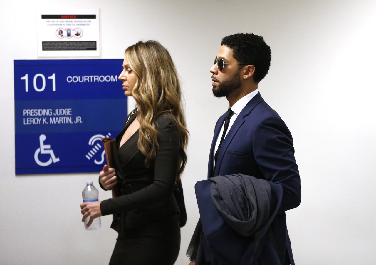 画像: 法廷へと向かうジャシー。